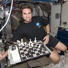 अन्तरिक्ष र पृथ्वीमा बसेर अनौठो चेस खेलिने