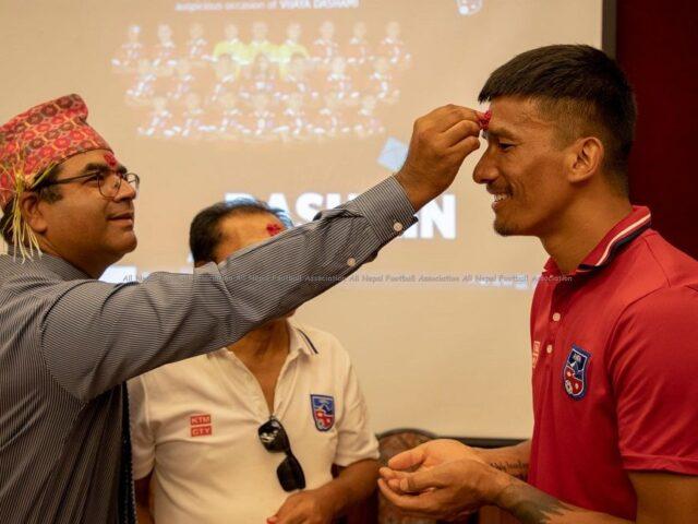 नेपाली राष्ट्रिय फुटबल टोलिले मनायो दशैको टिका (फोटो फिचर)
